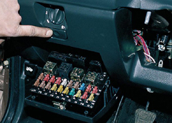 Расположение основного монтажного блока в автомобиле ВАЗ 2110. В более ранних версиях черный ящик устанавливался под капотом.