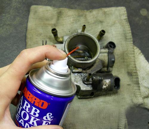 На фото показан процесс очистки при помощи специальной жидкости.
