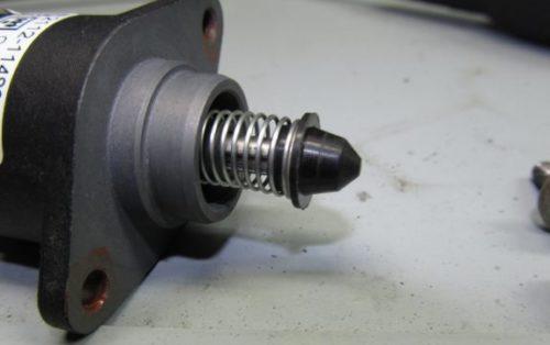 Регулятор холостого хода автомобиля ВАЗ-2110, состояние клапана после очистке
