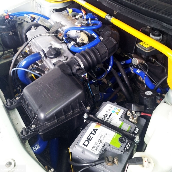 Новые силиконовые шланги систем отопления и охлаждения двигателя в моторном отсеке ВАЗ-2110
