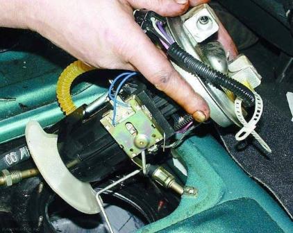 Снимаем топливный насос ВАЗ-2110