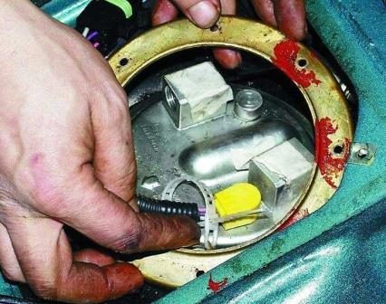 Снимаем крышку уплотнения ВАЗ-2110