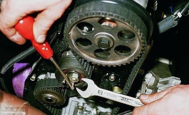 Натяжение ремня ГРМ с помощью отвертки и болтов в двигателе ВАЗ-2110