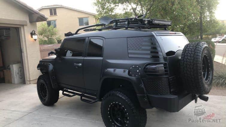 Чёрный стильный FJ Cruiser