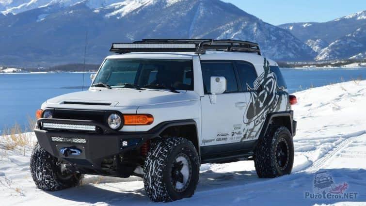FJ Cruiser в снегу в горах