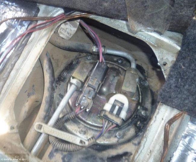 Бензонасос в баке автомобиля ВАЗ-2110, вид со снятой крышкой люка